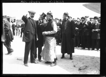 Mission chinoise [à                       Issy-les-Moulineaux, au champ d aviation],                       Tsaï-Tao [oncle de l empereur de Chine], Louis                       Blériot, 16 mai 1910 : [photographie de presse] /                       [Agence Rol]