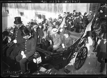 19/8/1910, réception à l                       Hôtel de ville [pour les aviateurs vainqueurs du                       Circuit de l Est], Aubrun [deuxième de l épeuve]                       et Blériot [arrivant en calèche] : [photographie                       de presse] / [Agence Rol]