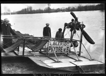 24-10-12, hydroplane                       Blériot [essai par Louis Blériot de son véhicule                       de transport fluvial sur la Seine] : [photographie                       de presse] / [Agence Rol]